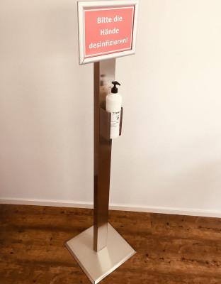 Desinfektionssäule aus Edelstahl inkl. personalisierbare Hinweistafel | 1,5 m